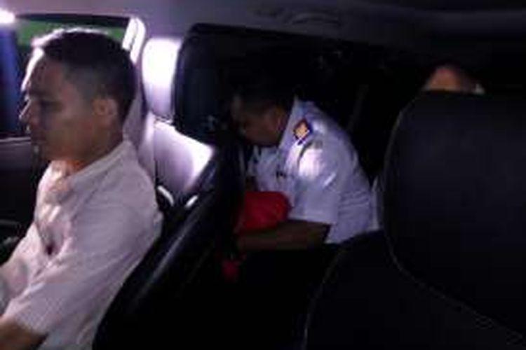 AR, seorang PNS Kementerian Perhubungan saat berada di mobil polisi untuk di bawa ke Polda Metro Jaya pada Selasa (11/10/2016) malam.
