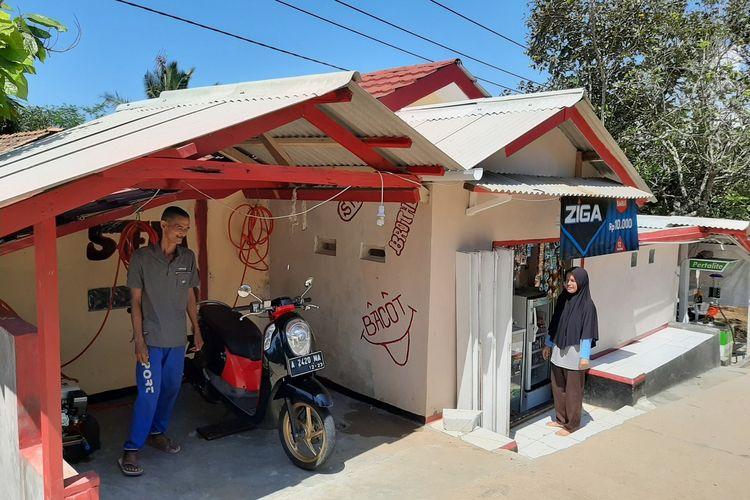Nining Suryani (44) mengucapkan terima kasih atas bantuan dari pembaca Kompas.com, berkat bantuan tersebut Nining kini membuka sejumlah usaha di rumahnya di Desa Karyabuana, Kecamatan Cigeulis, Kabupaten Pandeglang, Banten, Kamis (23/1/2020).