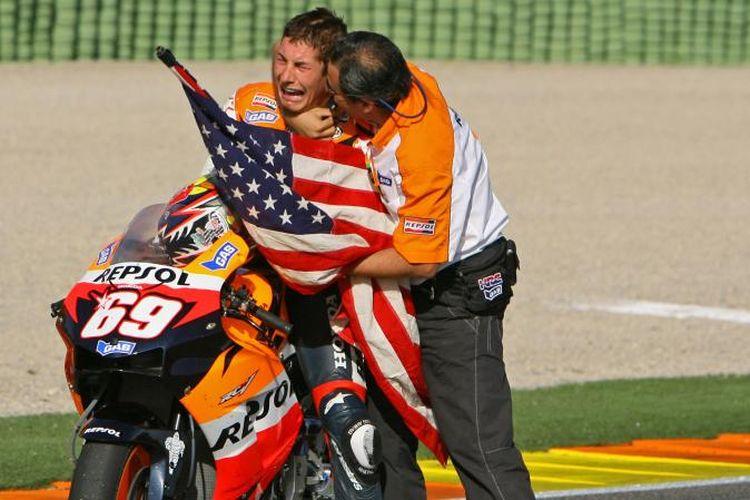 Potret Nicky Hayden semasa hidup. Foto ini menggambarkan saat Hayden menangis haru usai memastikan gealr juara dunia MotoGP di Sirkuti Valencia pada tahn 2006.