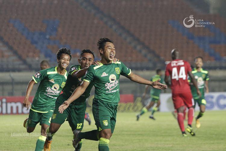 Penyerang Persebaya Surabaya, Samsul Arif Munip, merayakan gol yang dicetaknya ke gawang Persik Kediri dalam laga penyisihan Grup C Piala Menpora 2021 di Stadion Si Jalak Harupat, Kabupaten Bandung, Selasa (23/03/2021).