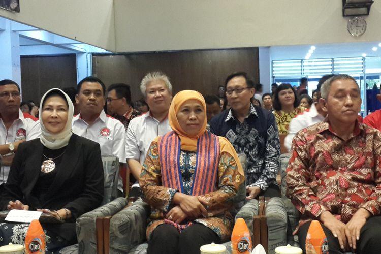 Gubernur Jawa Timur Khofifah Indar Parawansa saat menerima anugerah perempuan satu digit dari Bamag LKKI di Kota Batu, Rabu (6/3/2019)