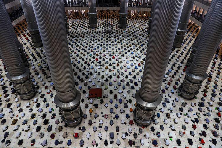 Umat Islam melaksanakan shalat jumat pada bulan Ramadhan 1442 Hijriah di Masjid Istiqlal, Jakarta Pusat, Jumat (23/4/2021). Pengurus Masjid Istiqlal menggelar shalat jumat berjamaah dengan pembatasan jemaah 30 persen dari kapasitas di ruang shalat utama masjid dan menerapkan protokol kesehatan.