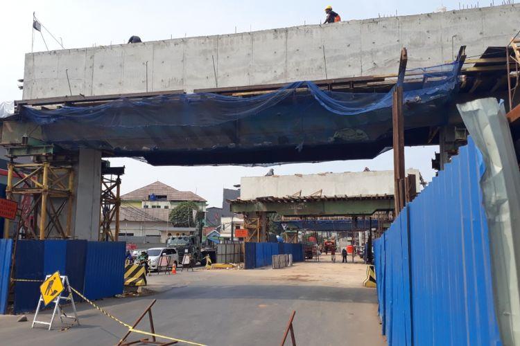 Tampak Proyek Pembangunan Flyover Cipendawa, Jalan Siliwangi, Kota Bekasi masih berjalan, Senin (22/10/2018).