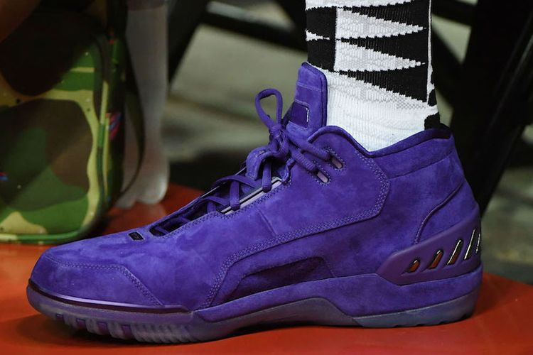 Sepatu LeBron James menggunakan warna khas Lakers, adalah seri Nike Air Zoom Generations.