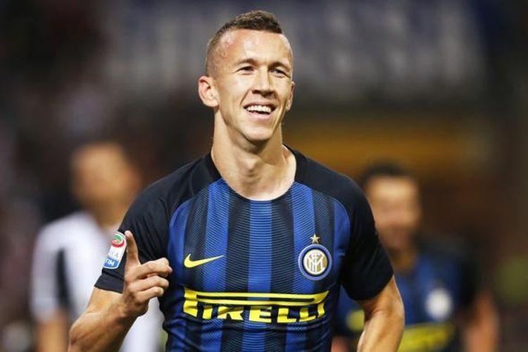 Ivan Perisic merayakan gol Inter Milan ke gawang Juventus pada partai Serie A di Stadion Giuseppe Meazza, Minggu (18/9/2016).