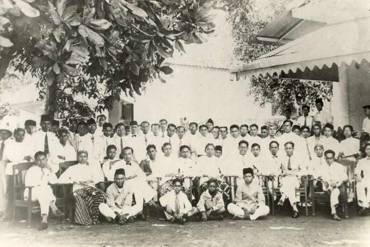 28 Oktober 1928 di halaman depan Gedung IC, Jl. Kramat 106, Jakarta. Tampak duduk dari kiri ke kanan antara lain (Prof.) Mr. Sunario, (Dr.) Sumarsono, (Dr.) Sapuan Saatrosatomo, (Dr.) Zakar, Antapermana, (Prof. Drs.) Moh. Sigit, (Dr.) Muljotarun, Mardani, Suprodjo, (Dr.) Siwy, (Dr.) Sudjito, (Dr.) Maluhollo. Berdiri dari kiri ke kanan antara lain (Prof. Mr.) Muh. Yamin, (Dr.) Suwondo (Tasikmalaya), (Prof. Dr.) Abu Hanafiah, Amilius, (Dr.) Mursito, (Mr.) Tamzil, (Dr.) Suparto, (Dr.) Malzar, (Dr.) M. Agus, (Mr.) Zainal Abidin, Sugito, (Dr.) H. Moh. Mahjudin, (Dr.) Santoso, Adang Kadarusman, (Dr.) Sulaiman, Siregar, (Prof. Dr.) Sudiono Pusponegoro, (Dr.) Suhardi Hardjolukito, (Dr.) Pangaribuan Siregar dan lain-lain.