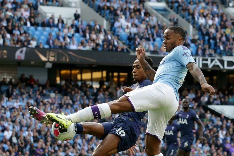 Raheem Sterling berebutan bola dengan Kyle Walker-Peters pada pertandingan Manchester City vs Tottenham Hotspur di Stadion Etihad dalam lanjutan Liga Inggris, 17 Agustus 2019.