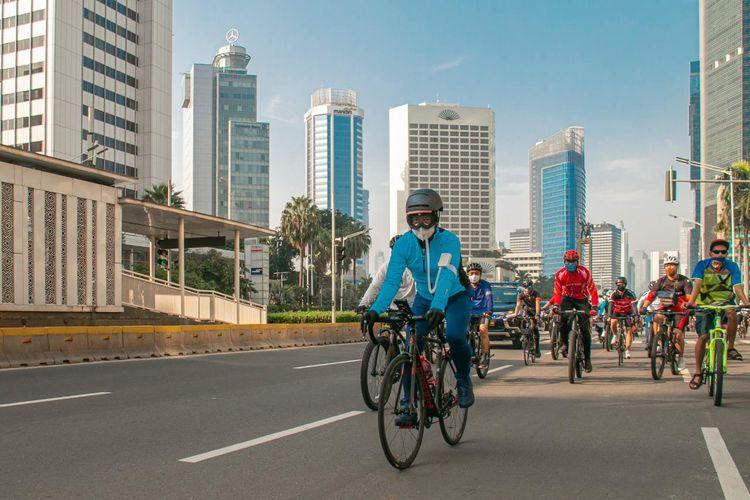 Menteri Perindustrian Agus Gumiwang Kartasasmita sedang melakukan aktivitas bersepeda tiap akhir pekan, Jakarta, Minggu (12/7/2020).