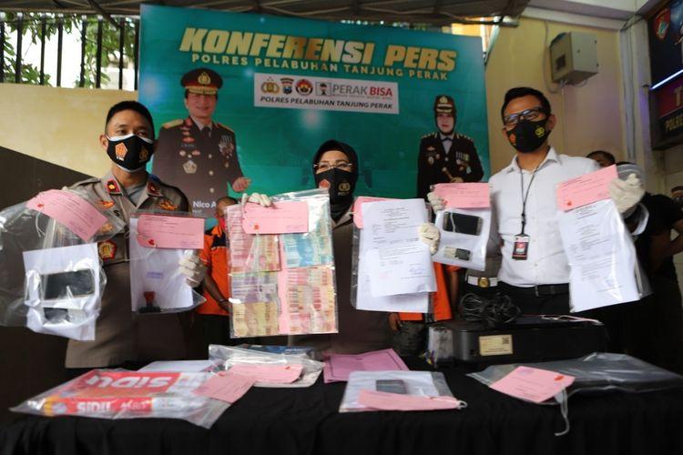 Barang bukti pemalsuan surat rapid test dibeberkan di Mapolres Pelabuhan Tanjung Perak Surabaya, Senin (21/12/2020).