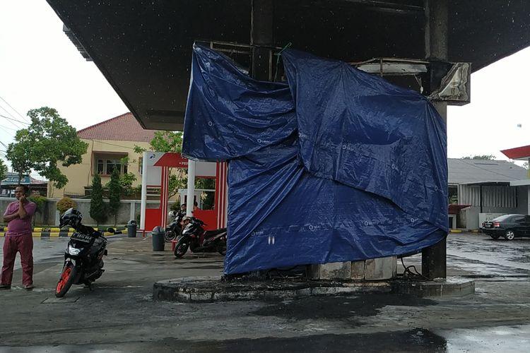 Satu unit dispenser petralite dan solar yang terbakar ditutupi terpal  di SPBU Sekarwangi, Cibadak, Sukabumi, Jawa Barat, Jumat (19/4/2019)