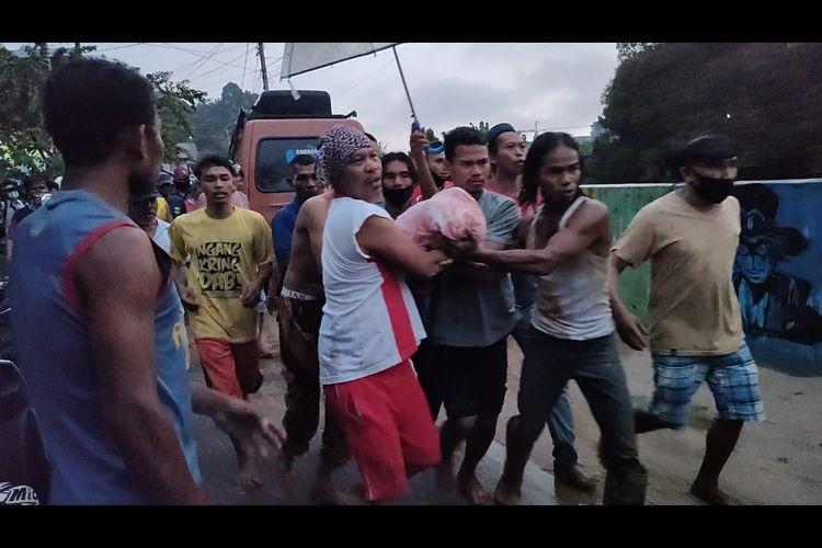 Korban Longsor saat di evakuasi oleh warga