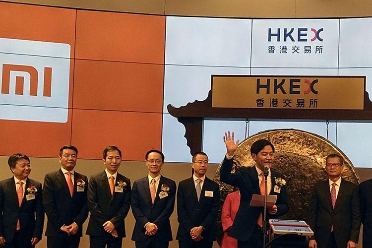 CEO Xiaomi Lei Jun (kedua dari kanan) memberikan sambutan pada acara pelepasan saham perdana Xiaomi di Bursa Hong Kong, Senin (9/7/2018).
