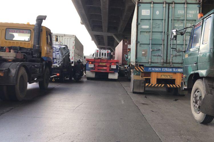 Kemacetan lalu lintas di Jalan Cakung-Cilincing, Semper Timur, Cilincing, Jakarta Utara pada Selasa (15/6/2021) sore.