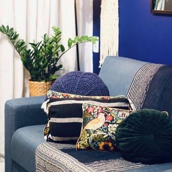 Ilustrasi ruang tamu bernuansa warna biru.