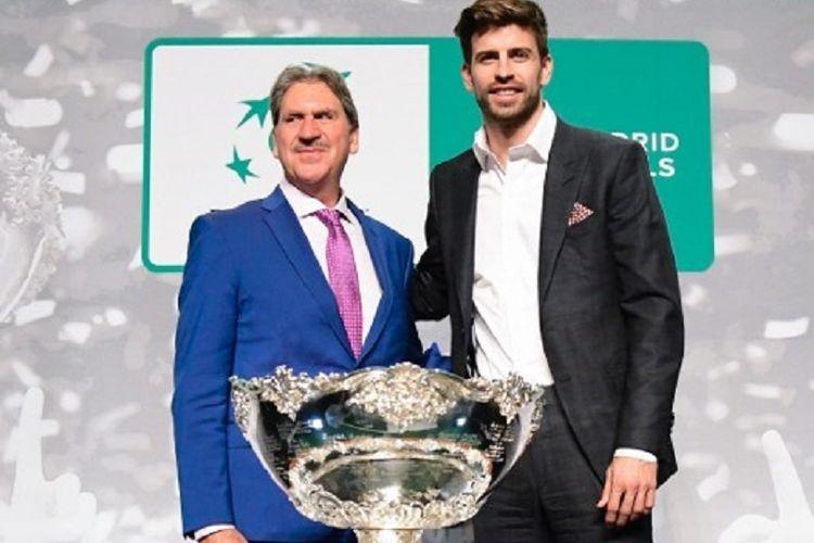 David Haggerty dan Gerard Pique berfoto bersama saat pelaksanaan undian Piala Davis di Madrid, 14 Februari 2019.