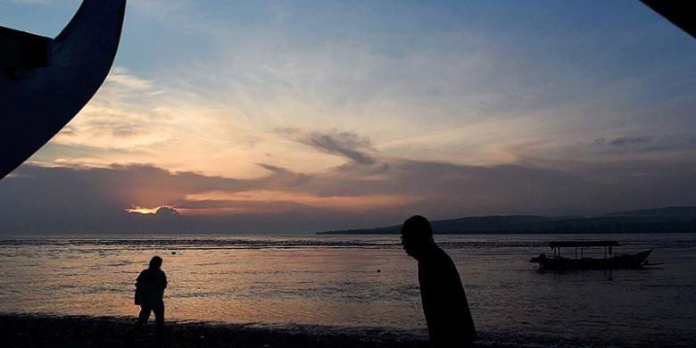 Pagi hari di Pantai Watudodol di Kabupaten Banyuwangi, Jawa Timur, Senin (8/8/2016). Kabupaten Banyuwangi yang mempunyai julukan sebagai 'Sunrise of Java' tersebut memiliki sejumlah tempat wisata andalan pantai maupun pegunungan dan dikenal hingga mancanegara.