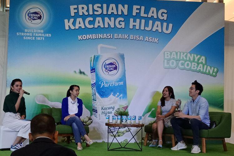 Nutrisionis Alvin Hartanto, Presenter Nadia Soekarno dan Marketing Director Consumer Dairy Frisian Flag Indonesia Felicia Julian (kedua dari kiri) dalam sebuah talkshow di Jakarta, Rabu (25/4/2018).