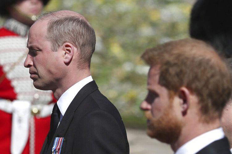 Pangeran Inggris William, kiri, dan Pangeran Harry mengikuti peti mati saat perlahan-lahan berjalan dalam prosesi seremonial selama pemakaman Pangeran Philip Inggris di dalam Kastil Windsor di Windsor, Inggris, Sabtu, 17 April 2021