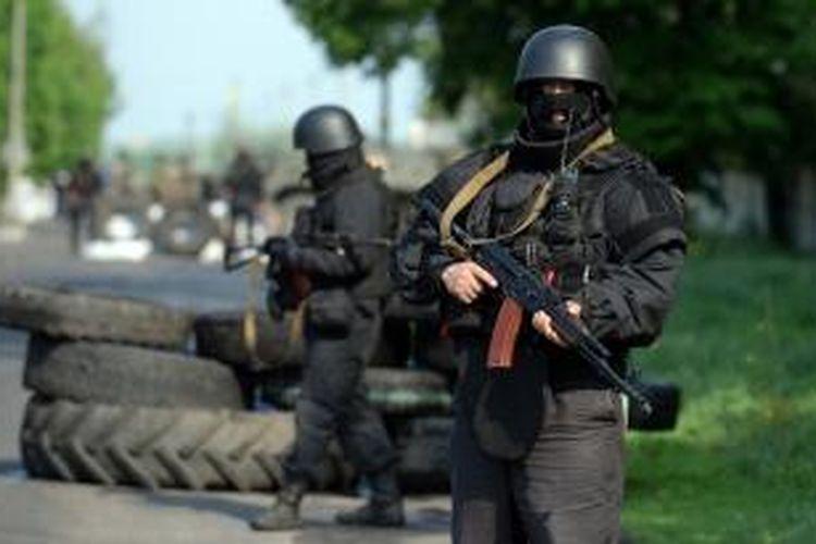 Beberapa anggota tentara Ukraina nampak berjaga di sebuah pos pemeriksaan di dekat kota Slavyanks, Ukraina timur.