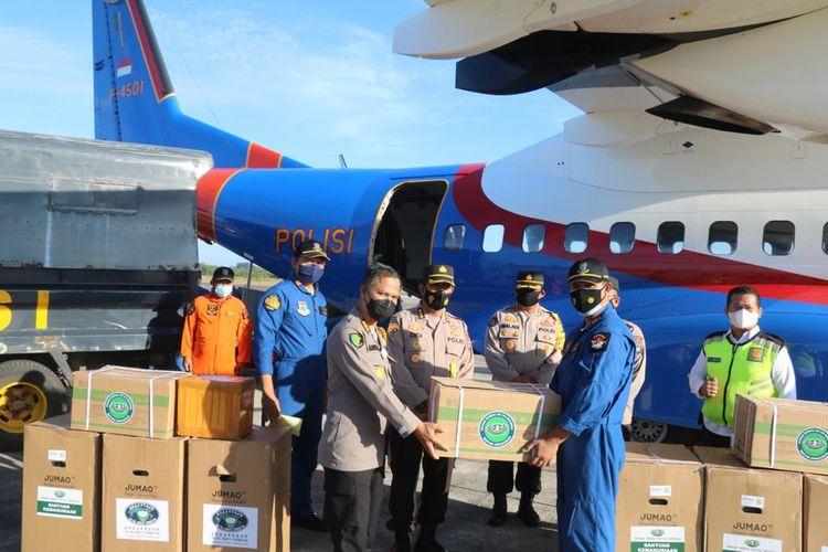 Bantuan oksigen dan obat-obatan menggunakan pesawat Polri C295 tiba di Bandara Depati Amir, Pangkalpinang, Sabtu (14/8/2021).