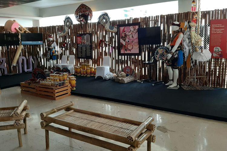 Pernak-pernik terkait upacara tradisional Melasti dari Bali yang dipamerkan dalam Pekan Kebudayaan Nasional (PKN) dari tanggal 7 sampai 13 Oktober 2019 di Kompleks Istora Gelora Bung Karno, Jakarta.