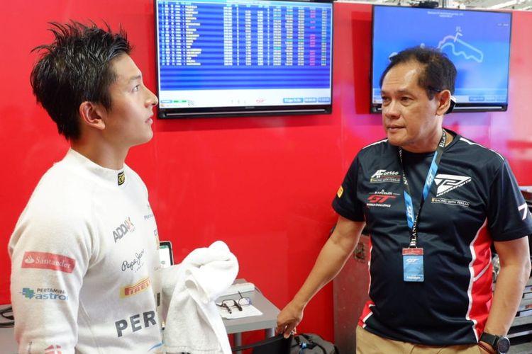 Pebalap Indonesia, Rio Haryanto (kiri), berbincang dengan Team Principal T2 Motorsports Irmawan Poedjoadi usai sesi kualifikasi di Sirkuit Suzuka, Jepang, Sabtu (22/6/2019).