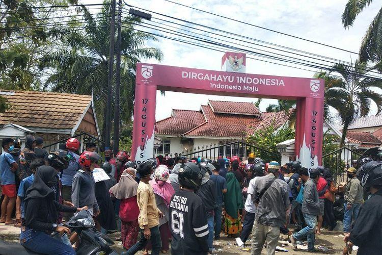 Ratusan warga korban gempa bumi berkekuatan 6,2 mengantre untuk mendapatkan tenda dan beras di depan rumah jabatan Wakil Bupati Mamuju, Selasa (19/1/2021).