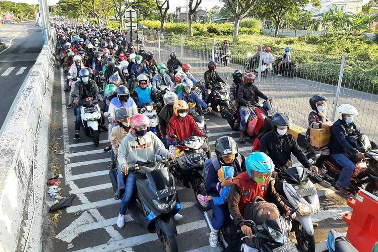 Ribuan pengendara roda 2 melintas Suramadu H-1 lebaran, Rabu (12/5/2021) sore