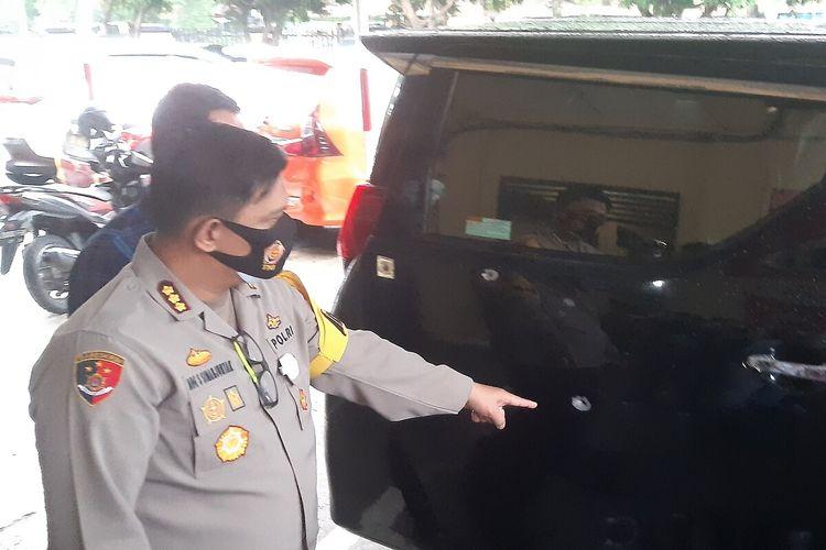Kapolresta Solo, Kombes Pol Ade Safri Simanjuntak menunjuk bodi mobil Toyota Alphard bekas tembakan di Mapolresta Solo, Jawa Tengah, Rabu (2/12/2020).