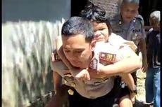 Gendong Gadis Lumpuh ke Mobil Patroli untuk Berobat, Kapolsek: Bapaknya Sudah Tua dan Sakit