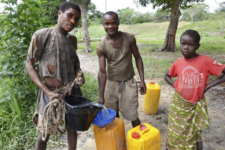 Kaum pemuda mengisi jeriken dengan air di Ouesso, Republik Kongo. Sebagian besar orang di negara Afrika tengah hidup dalam kemiskinan dan memiliki sedikit persediaan medis atau sanitasi, tetapi masih harus menghadapi ancaman virus corona.