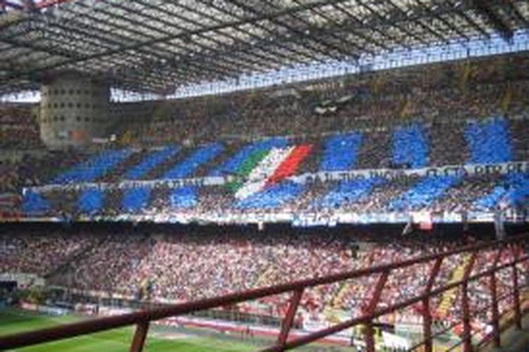Suasana di tribun utara Stadion Giuseppe Meazza, San Siro, Milan, saat sedang dipenuhi suporter garis keras klub Inter Milan