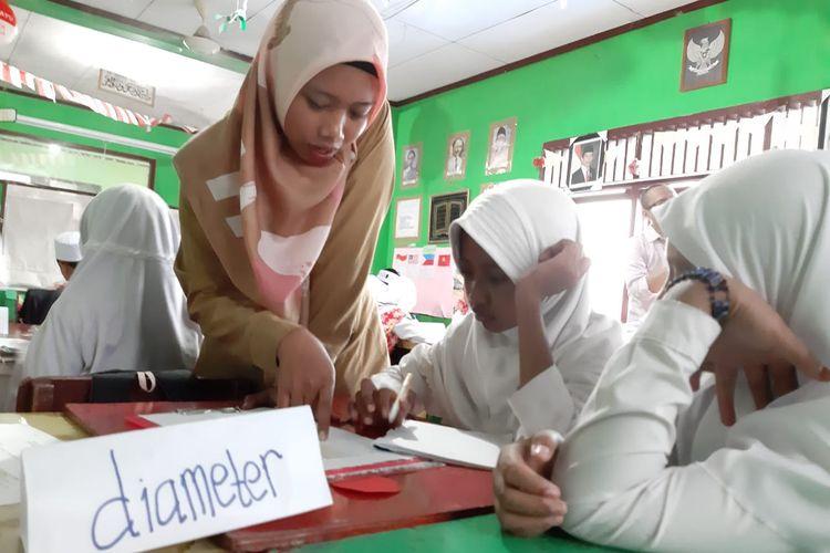 Lusi Ambarani, guru kelas VI MI Nahdlatul Ulama Balikpapan, Kalimantan Timur yang mengajak siswanya mencari luas lingkaran dengan mengaitkan penyelidikan masalah di dalamnya