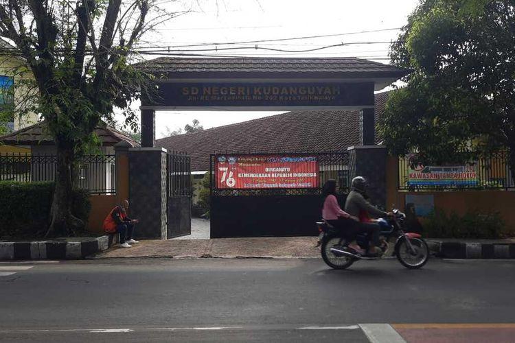 Salahsatu SDN yang ditutup sementara pelaksanaan PTM terbatas saat ditemukan 2 guru honorer yang positif Covid-19 saat akan tes seleksi PPPK di wilayah Kecamatan Cipedes, Kota Tasikmalaya, Kamis (23/9/2021).