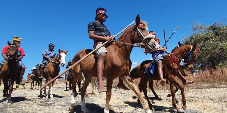 Parade Kuda Sandel digelar di Savannah Puru Kambera, Kanantang, Sumba Timur, Nusa Tenggara Timur, Jumat (12/7/2019)