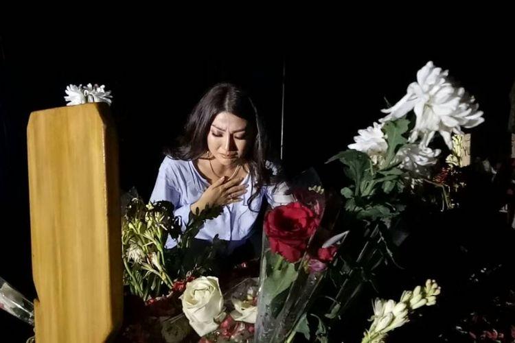 Sarwendah Tan diabadikan saat menangis di pemakaman Julia Perez di TPU Pondok Ranggon, Cipayung, Jakarta Timur, Senin (12/6/2017).