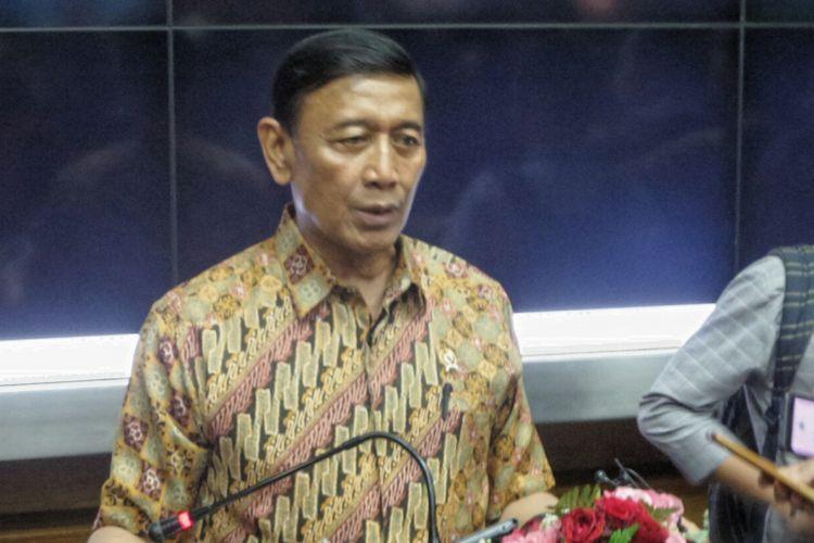 Menteri Koordinator Bidang Politik Hukum dan Keamanan Wiranto usai pertemuan dengan Badan Eksekutif Mahasiwa (BEM) se-jabodetabek, di Kemenko Polhukam, Jakarta Pusat, Jumat (29/9/2017).