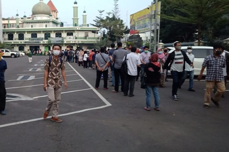Foto ini diambil dari akun Twitter TMC Polda Metro Jaya, Jumat (5/6/2020). Keterangan foto menyebutkan bahwa ini merupakan kondisi antrean pengurusan SIM di Polres Metro Jakarta Selatan pada Jumat (5/6/2020) pagi.