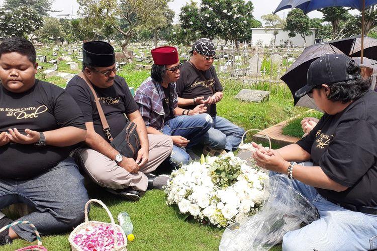 Para pemain film Akhir Kisah Cinta Si Doel berziarah ke makam seniman Benyamin Sueb di TPU Karet Bivak, Jakarta Pusat, Selasa (7/1/2020). Terlihat di antaranya Rano Karno, Suti Karno, Mandra, Rey Bong, dan Ahong.