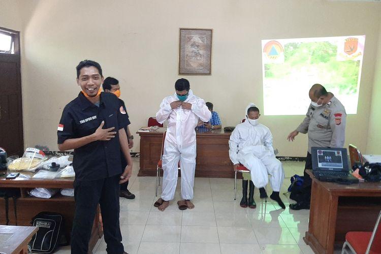 Endro Sambodo Anggota TRC BPBD DIY Saat Membagikan Pengalaman Menangani Jenasah Protokol Covid19 ke relawan Gunungkidul di Aula Rumah Dinas Wakil Bupati Gunungkidul Jumat (1/5/2020)