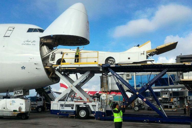 Tangga motorized atau excavator yang khusus digunakan oleh Raja Salman telah mendarat lebih dulu sejak tengah malam tadi di Bandara Halim Perdanakusuma dan Bandara Ngurah Rai Bali.