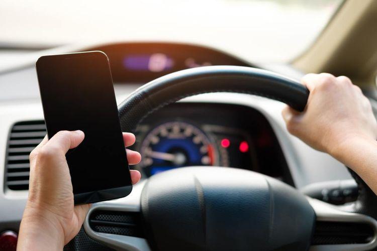 Ilustrasi driver sedang membuka smartphone