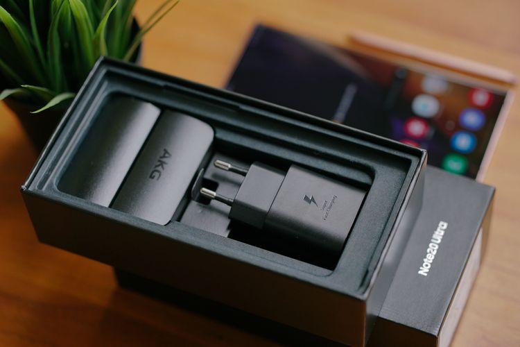 Samsung menyertakan aksesori pelengkap berupa Adaptive Fast Charger 25 watt, kabel USB A ke USB C, earphone, SIM card ejector tool, serta buku panduan singkat