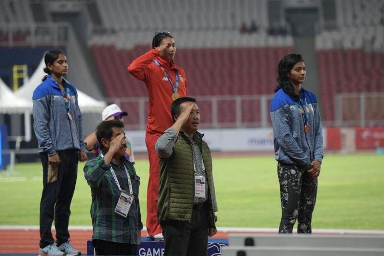 Maria Londa (tengah) berhasil menjuarai lomba lari pada test event atletik di Stadion Utama Gelora Bung Karno, Senayan, Jakarta, Minggu (11/2) malam.