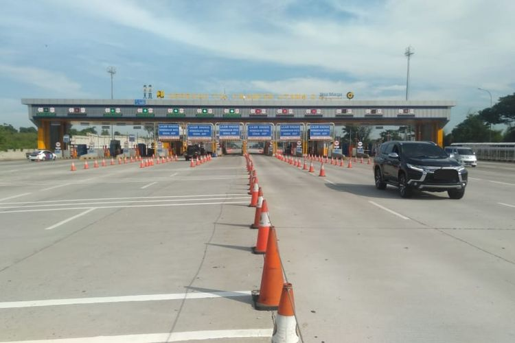Situasi lalulintas kendaraan di Gerbang Tol (GT) Cikampek Utama 2.