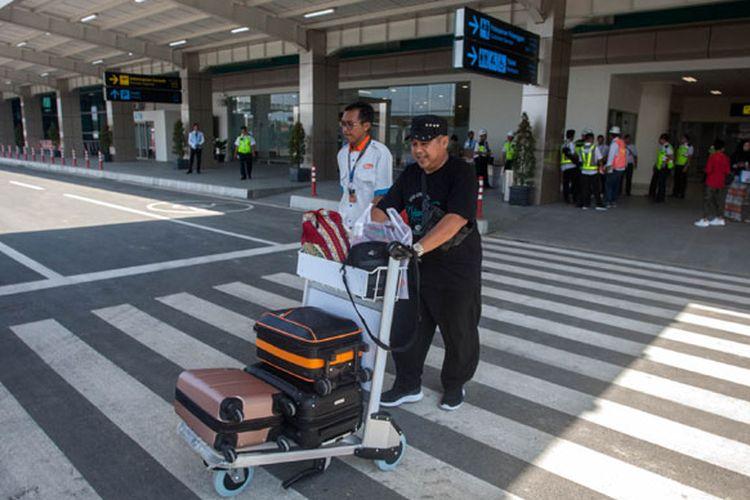 Penumpang keluar dari area bandara seusai mendarat dengan pesawat komersial Citilink saat penerbangan perdana di Bandara Yogyakarta International Airport (YIA), Kulonprogo, DI Yogyakarta, Senin (6/5). Saat ini Bandara YIA mulai beroperasi untuk penerbangan komersial.