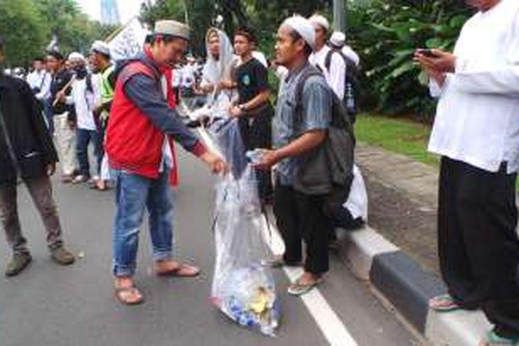 Demonstran turut menjaga kebersihan dari aksi unjuk rasa, Jumat (4/11/2016).