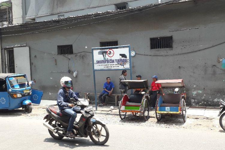 Seltee becak di Jalan B dekat Pasar Teluk Gong, Pejagalan, Jakarta Utara, Senin (8/10/2018).