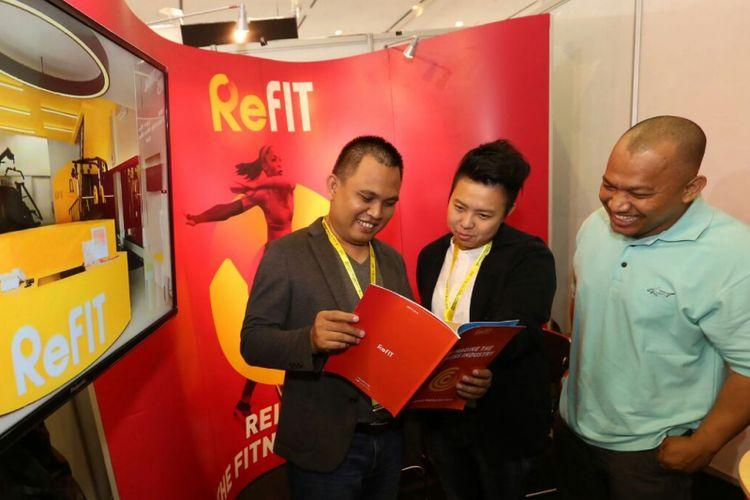 CEO ReFIT Indonesia Irawan Amanko (kiri), Chief of Marketing Officer Mela Gunawan, dan Chief of Technical Officer Agus Miftahudin (kanan) berbincang di booth ReFIT, saat Pameran Franchise & License Expo Indonesia (FLEI) ke-15 di JCC Jakarta, Sabtu (09/10/2017)
