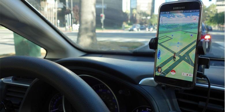 Aktivitas bermain game Pokemon Go sambil mengemudikan mobil sama saja menantang bahaya.